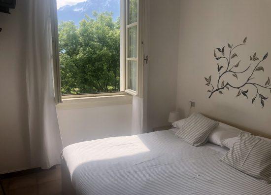 camera-matrimoniale-appartamento-giardino-11