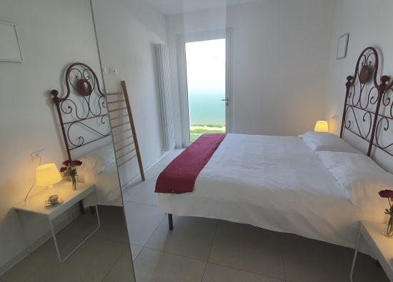 camera-matrimoniale-appartamento-residence-geranio-12