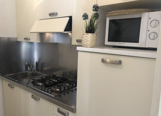 cucina-appartamento-sei-persone-lago-como-02