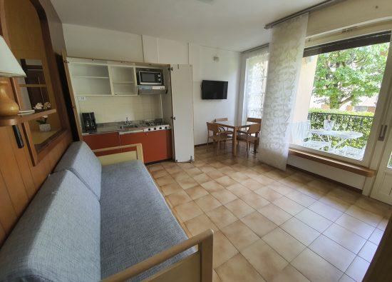 soggiorno-balcone-residence- geranio-domaso-02
